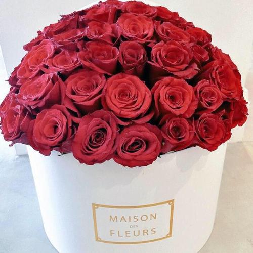 Купить на заказ Заказать Красные розы в коробке Maison с доставкой по Жескасгану с доставкой в Жезказгане