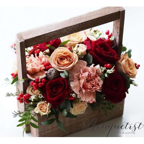 Купить на заказ Кофейно-бордовый букет роз и гвоздик в деревянном ящике с доставкой в Жезказгане