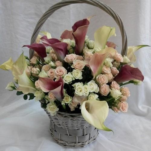 Купить на заказ Корзина с каллами и кустовыми розами с доставкой в Жезказгане